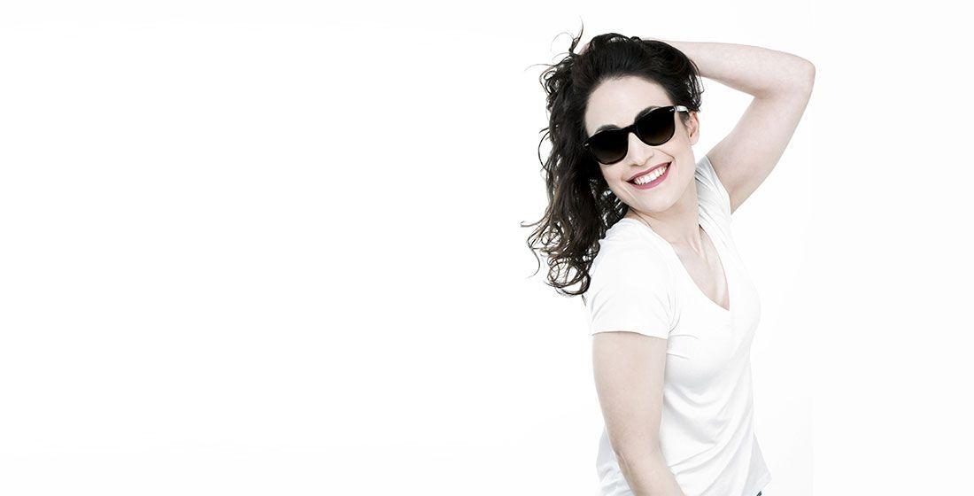 Chica con gafa de sol Rayban