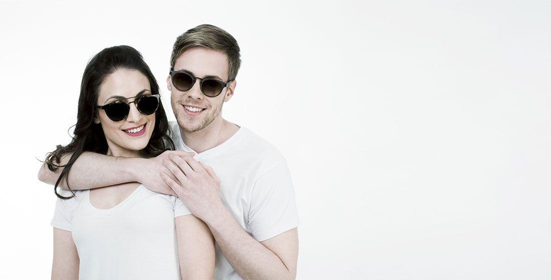 Chica y chico con nuevas gafas de sol de A Óptica de Ana