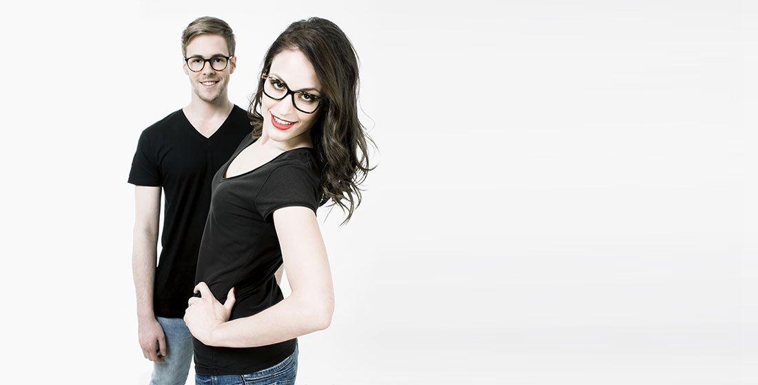 Chica y chico con gafas graduadas